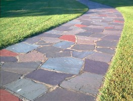 Цветной бетон для садовых дорожек –  декоративное и надежное покрытие.